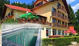 Нощувка на човек със закуска + горещ МИНЕРАЛЕН басейн в хотел Хелиер на 25 км. от Банско.