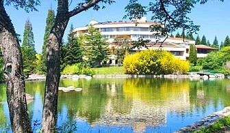 Нощувка на човек със закуска + плувен минерален басейн и джакузи в хотел Свети Врач***, Сандански