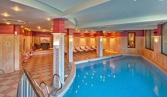 Нощувка на човек със закуска + вътрешен басейн с минерална вода и релакс център в хотел клуб Централ ****