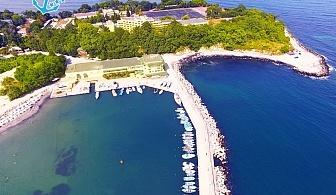 Нощувка на човек със закуска и вечеря + чадър и шезлонг на плажа от хотел Марина*** на ПЪРВА ЛИНИЯ в Китен