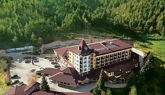 Нощувка на човек със закуска и вечеря + минерални басейни и СПА пакет в Гранд хотел Велинград