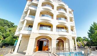 Нощувка на човек със закуска и вечеря* + напитки, басейн и уелнес пакет в хотел Хотел Аква Вю****, Златни пясъци. Дете до 13 г. – безплатно.