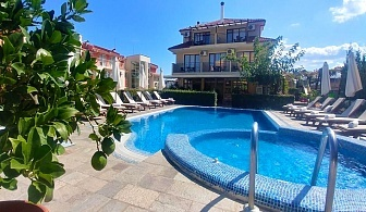 Нощувка на човек със закуска или закуска и вечеря + басейн на 150 м. от плажа в хотел Музите, Созопол