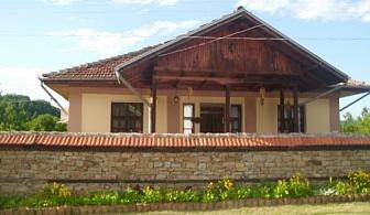 Нощувка за 11 + 2 човека в Елена! Къща за гости Мимона с басейн, детски кът, барбекю и красива градина