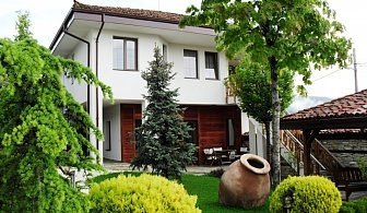 Нощувка за 8, 16 или 24 човека в Копривщица във вилен комплекс Дюлгерите с детски кът, лятно барбекю, китен двор и още!