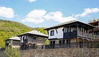 Нощувка за 6 или 8 човека край Гоце Делчев в комплекс Трите къщи с барбекю, собствена механа, градина и още - с. Лещен