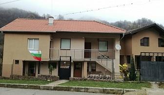 Нощувка за 10 или 20 човека край Тетевен в къщи за гости Българка с механа и камина - с. Дивчовото