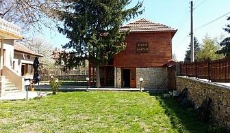 Нощувка за 15 човека в Крушуна в къща за гости Маарата с лятно барбекю, озеленен двор и собствена механа