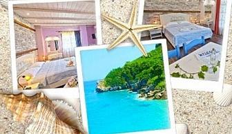 07.07 - 27.08 Нощувка за двама или четирима на 30 м. от плажа Хорефто, Гърция в хотел Фламинго