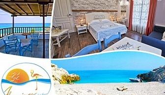 15.09 -31.10 Нощувка за двама или четирима на 30 м. от плажа Хорефто, Гърция в хотел Фламинго