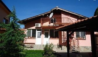"""Нощувка в самостоятелна къща за до 7 човека само за 69.90 лв, на 100 метра от басейн """"Минерални бани"""" в Бургас."""