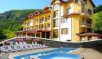 Нощувка със закуска + басейн само за 28.50 лв. в хотел Вежен***, Рибарица