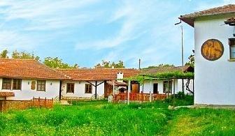 Нощувка със закуска на блок маса САМО за 17.90 лв. Дете до 12г. безплатно + басейн и голям двор в Еленския балкан в Къщи за гости При Шопа.