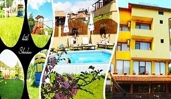 Нощувка със закуска + джакузи и басейн с МИНЕРАЛНА вода за 27.90 лв. в хотел Шарков, Огняново
