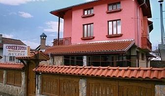 Нощувка със закуска и вечеря само за 28 лв. в хотел Крайпътен рай, с. Баня до Банско