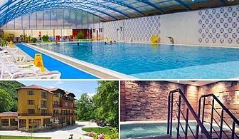 Нощувка, закуска и вечеря + огромен топъл МИНЕРАЛЕН басейн и СПА от хотел Делта, Огняново