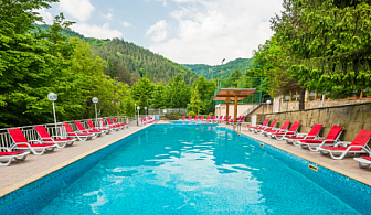 Нощувка със закуска и вечеря + ползване на открит басейн с топла минерална вода и сауна от хотел Дива, с. Чифик до Троян