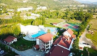 1 или 2 нощувки на човек със закуски + басейн + игра на тенис корт от комплекс Маказа, край Кърджали