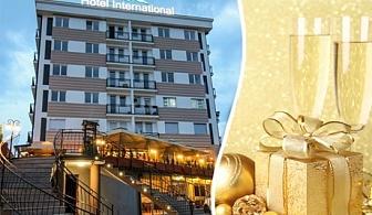 Нова година в Охрид! 3 нощувки на човек със закуски и празнична вечеря + неограничена консумация на алкохол и безалкохолни напитки в хотел Интернационал ****