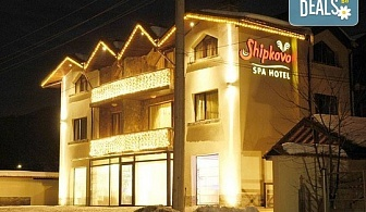 Нова година в СПА хотел Шипково 3*, с. Шипково! 3 или 4 нощувки със закуски и вечери, Празнична вечеря с DJ програма, ползване на вътрешно и външно минерално джакузи, сауна и парна баня, безплатно за дете до 6г.!