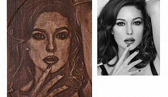 Оригинален подарък - дърворезба по ваша снимка /до 4 лица/ с размер 32х24см и с вариант и гравирано послание с до 30% отстъпка от Wooden Pictures!