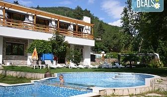 Пълноценна почивка в хотел Бохема 3*, с. Огняново! Нощувка със закуска и вечеря, ползване на минералени басейни, сауна, парна баня, джакизи, безплатно за дете до 5.99г.!
