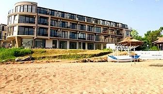 ПЪРВА ЛИНИЯ в Черноморец. Нощувка, закуска и вечеря + чадър и шезлонг на плажа само за 34.50 лв. от хотел Лост Сити