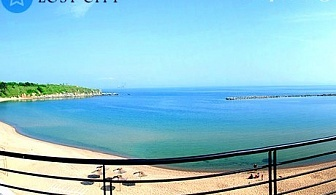 ПЪРВА ЛИНИЯ в Черноморец. Нощувка, закуска, вечеря + шезлонг и чадър на плажа от хотел Лост Сити