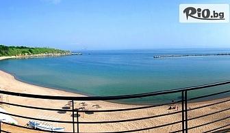На първа линия в Черноморец през ТОП сезон! Нощувка със закуска и вечеря + чадър и шезлонг на плажа, от Лост Сити