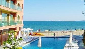 ПЪРВА линия и изглед към морето през Юни в Слънчев Бряг. Нощувка в апартамент за 4 или 6 човека + басейн, шезлонг и чадър в Хотел Съни Бей
