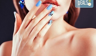 Перфектни ръце! Дълготраен маникюр с гел лак BlueSky, 2 декорации и масаж на длани в салон за красота Женско Царство в Центъра или Студентски град