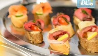 3 плата с 90 броя фантастични солени хапки за директно сервиране и бонус 30 броя мини еклери на изкушаваща цена от кулинарна работилница Деличи!