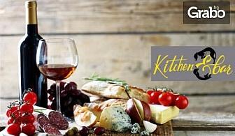 Плато с италиански сирена и колбаси, поднесено с препечен хляб и дип, и 2 чаши вино