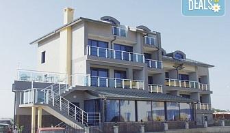 Почивайте на 50 метра от плажа в Бутиков Хотел Роял 3*, Несебър! 1 нощувка със закуска, ползване на басейн, безплатно за дете до 2.99г.
