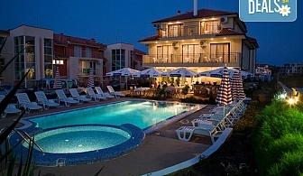 Почивайте през лятото в хотел Музите 3*, Созопол! 2 или 3 нощувки, ползване на басейн с чадър и шезлонг, безплатно за дете до 7г.!