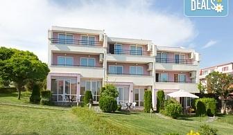 Почивйте на 30 м. от плажа в Хотел Rainbow Houses, Свети Влас! Нощувка за двама в двойна стая или студио