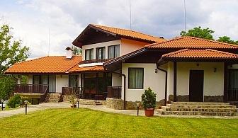 Почивка в Априлци! Нощувка със закуска, обяд* и вечеря* + басейн в Семеен Хотел Балкан Парадайс!