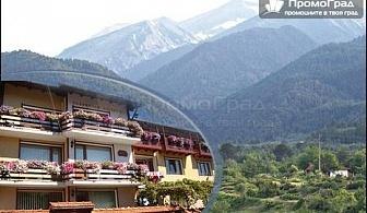 На почивка в Банско. Нощувка, закуска и вечеря за двама с дете до 13 г. в къща за гости Планински здравец за 58 лв.