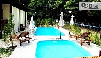 Почивка в Чифлика до края на Август! Нощувка със закуска и вечеря + външен басейн с топла минерална вода и релакс зона, от Къща за гости Alfaresort Park