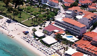 Почивка в Hanioti Grand Hotel - Касандра за една нощувка със закуска и вечеря, шезлонг и чадър на басейна, безплатен паркинг / 01 Юли до 31 Юли 2018 год.