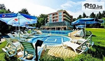 Почивка в Св. Св. Константин и Елена! Нощувка на база All Inclusivе + външен басейн, чадър и шезлонг, от Хотел Глория 3*