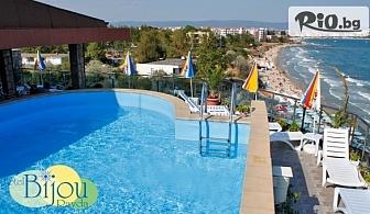 Почивка в Равда на първа линия на плажа! Нощувка със закуска и вечеря + шезлонг, чадър и басейн, от Хотел Бижу 3*