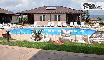 Почивка в Сапарева баня! Нощувка със закуска в апартамент за до четирима + външен басейн, от Вилен комплекс Дарибел