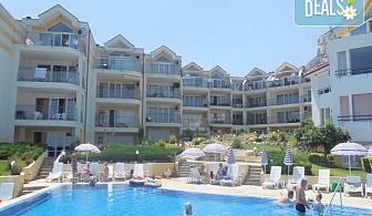 """Почивка в Созопол  от май до септември, в Апартхотел """"Панорама"""", местност Буджака! 7 нощувки в апартаменти с 1 или 2 спални с оборудван кухненски бокс, климатици,външен басейн, шезлонги и чадъри, вътрешен двор - градина, хотела е на първа линия над морето"""