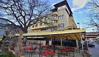 На почивка във Велинград. Нощувка, закуска и вечеря + басейн и СПА с минерална вода в Хотел България