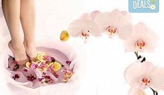 Поглезете се със СПА педикюр с гел лак Magnetic или SNB и 2 декорации в салон за красота Емоция!