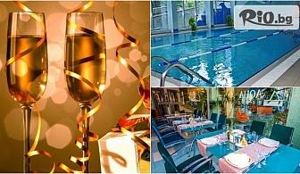 Посрещни новата 2018 година в Бургас! Празнични пакети със закуски, Новогодишен куверт + СПА и вътрешен басейн, от Хотел Аква 4*