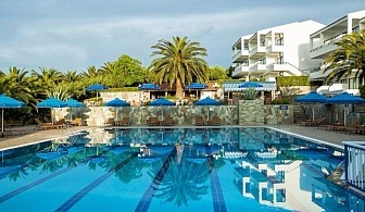 През Юни в Хотел Порт Марина - Халкидики, Касандра за ЕДНА нощувка на човек със закуска и вечеря, чадър и шезлонг на плажа и безплатен паркинг / 14 Юни 2018 до 19 Юни 2018 г