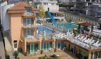 През Юни в Свети Влас на ТОП ЦЕНА! Нощувка със закуска + басейн само за 22 лв. в хотел Санторини***