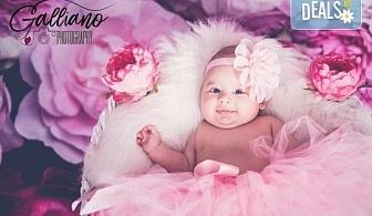 Професионална фотосесия за бебета в студио с 35 обработени кадъра с красиви декори и аксесоари от GALLIANO PHOTHOGRAPHY!